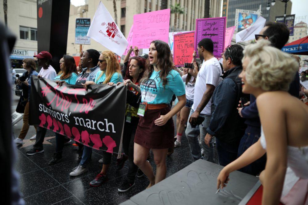 Участницы марша против сексуальных домогательств в Голливуде.