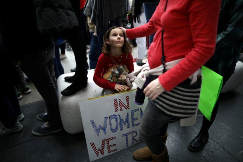 7-летняя Ада Кеннеди со своей матерью участвуют в акции протеста в Голливуде.