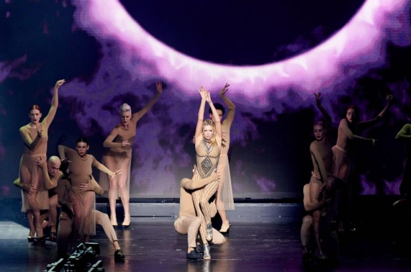 Вера Брежнева исполнила танец вместе с балетом