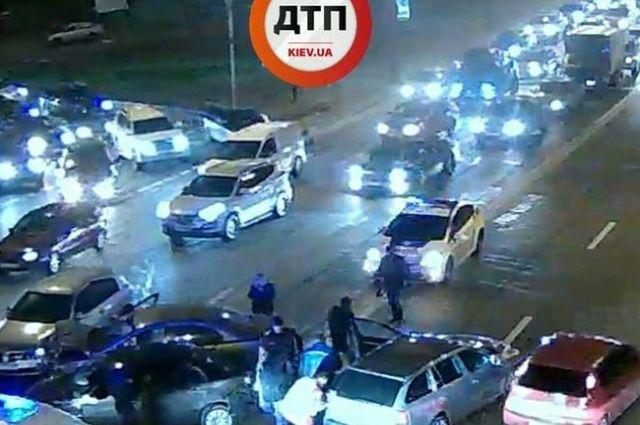 Масштабное ДТП вКиеве: столкнулись 4 авто, среди пострадавших беременная женщина
