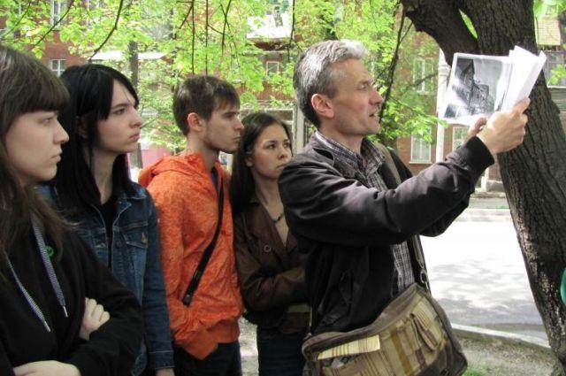 Архитектуру нельзя изучать по картинкам: Артур Токарев показывает студентам реальные улицы.