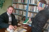 Молодой библиотекарь и читатели