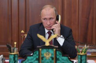 Президент РФ Владимир Путин во время телефонного разговора с главой ДНР Александром Захарченко и главой ЛНР Игорем Плотницким.