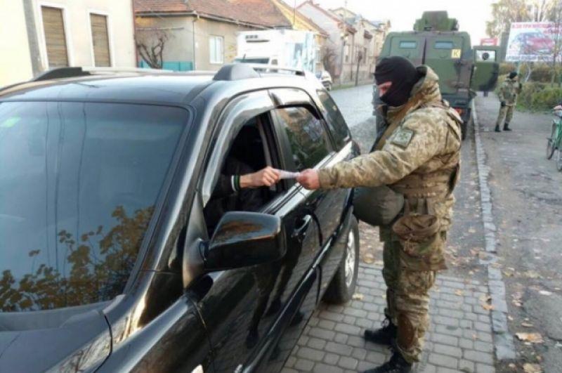 Практически все машины подвергаются обыскам. Фотографии с места событий первыми стали выкладывать местные жители.