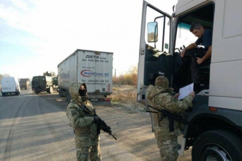 Все дороги вокруг мест обысков перекрыты, военные обыскивают все проезжающие автомобили