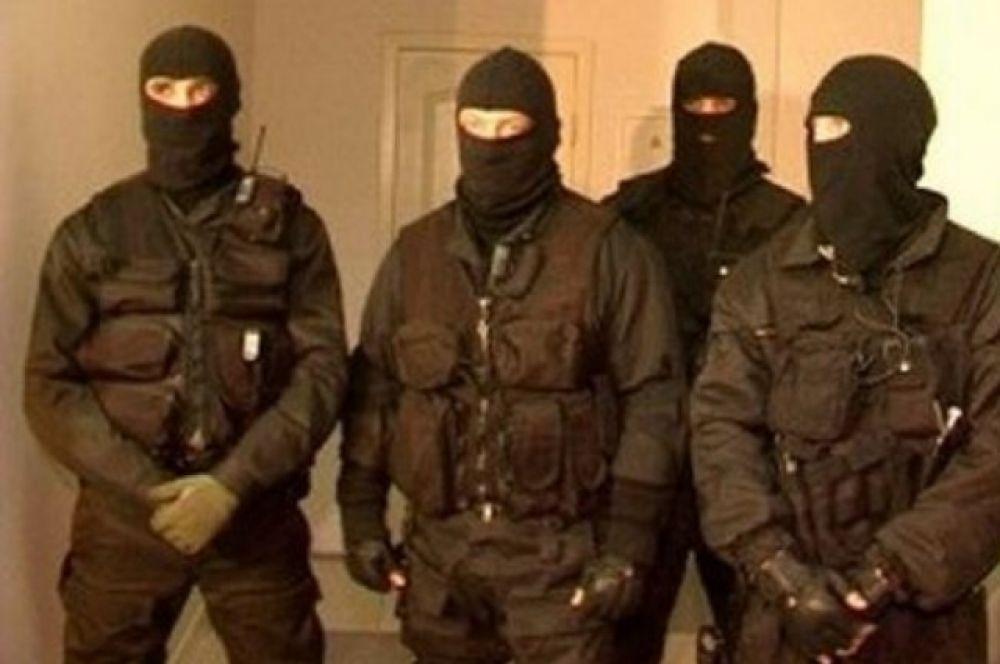 Также правоохранители в одном из санаториев задержали местного авторитета Атиллу Горвата, по кличке Доки, который следил за переправкой мигрантов через границу.