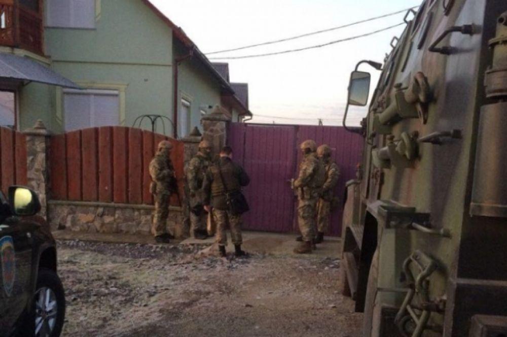 Некоторые дороги в области перекрыты силовиками, также военные приезжали и в домохозяйства, и просто в частные дома.