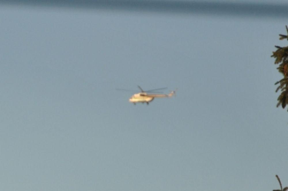 Над местом обысков с утра уже кружат вертолеты.