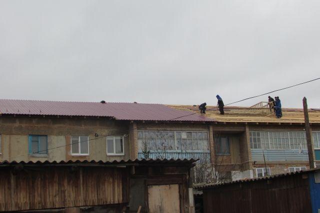 Чтобы накрыть крышу в ближайшее время, сейчас работают три бригады.