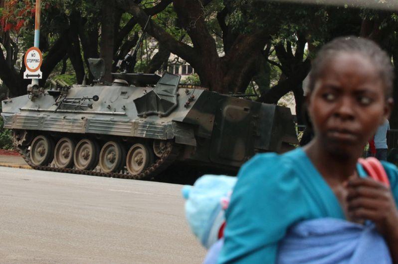 Военная техника на улицах столицы страны Хараре.