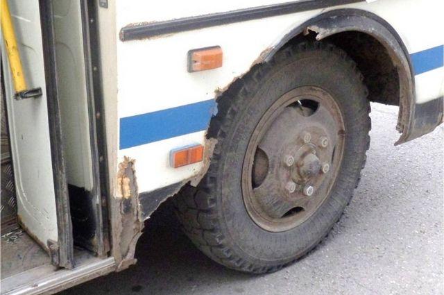 ВКрасноярске милиция задержала пассажирский автобус снеисправными тормозами