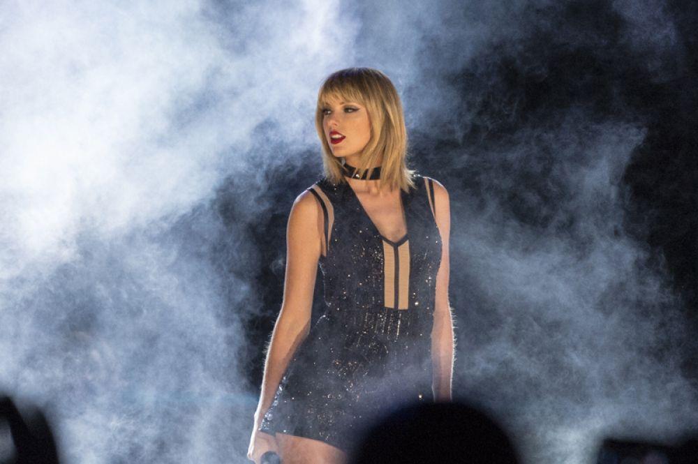 За ней следует исполнительница и автор песен 27-летняя Тейлор Свифт, чей доход составил 44 млн долларов.
