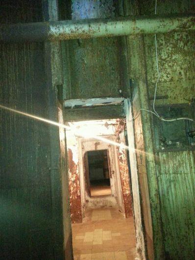 Небольшая прихожая, а за ней широкий коридор и три массивные железные двери. Когда-то они закрывались автоматически.
