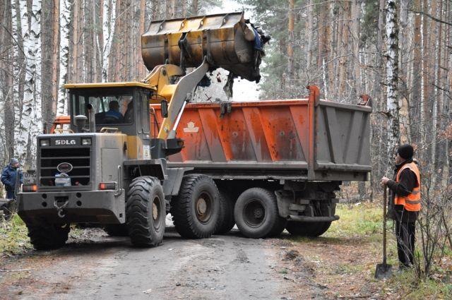 Изворонежского леса самосвалами вывозили бытовой сор иотходы