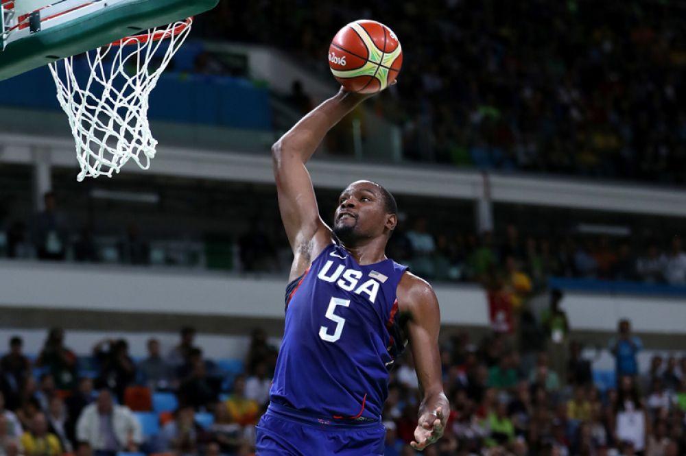 Доход баскетболиста Кевина Дюранта (29 лет), выступающего за Golden State Warriors и сборную США, составил 60,6 млн долларов.