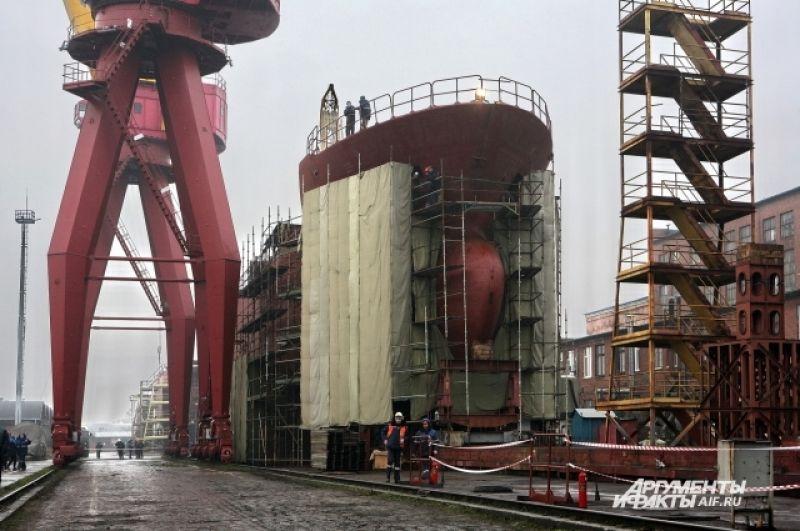Ранее завод строил прежде всего военные корабли для российского ВМФ и на экспорт. Впервые за много лет предприятие занялось гражданским судостроением.