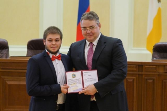 Руководитель Ставрополья Владимиров вручил удостоверения 87-ми губернаторским стипендиатам