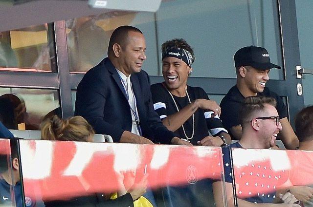 Отец Неймара (слева), выступивший как агент игрока при переходе из «Барселоны» в ПСЖ, заработал 40 миллионов евро.