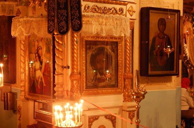 Молитвословы, иконы, крестики: в Тюмени открылась православная ярмарка