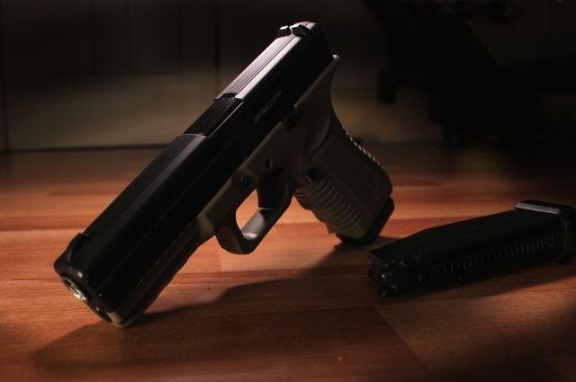 В церкви в США мужчина по случайности чуть не застрелил себя и жену