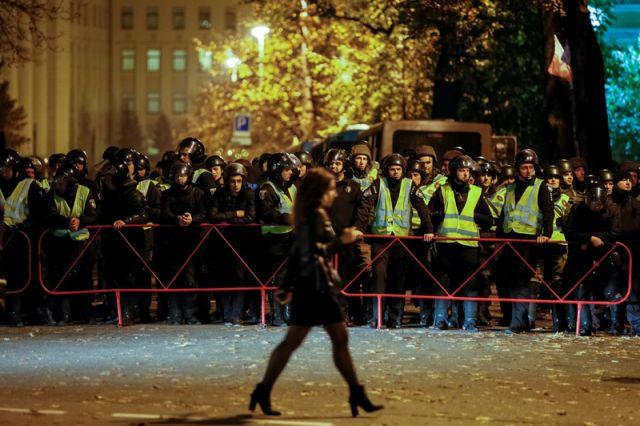 Сторонники Саакашвили жгут шины у администрации Порошенко