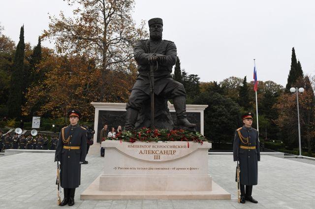 Путин принял участие в открытии памятника Александру III в Крыму