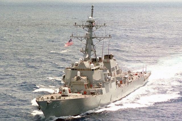 Японский буксир во время учений врезался в эсминец США