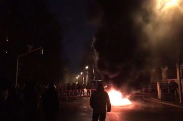 Сторонники Саакашвили подожгли шины уАдминистрации Порошенко