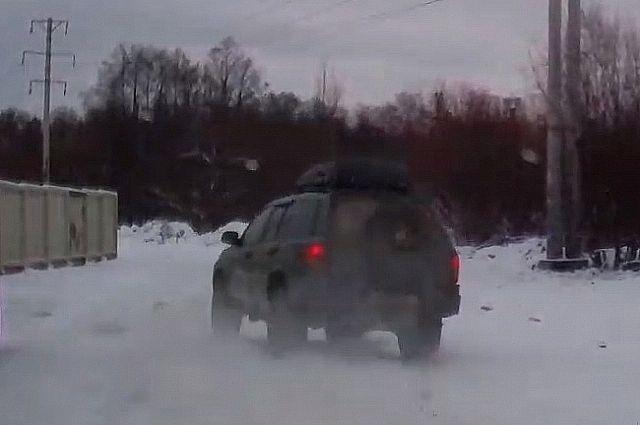 Протаранив иномарку, джип, не сбавляя скорости, поехал дальше.