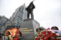 Памятник оружейнику Михаилу Калашникову на пересечении Садово-Каретной и Долгоруковской улиц в Москве.
