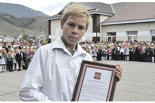 На школьной линейке 1 сентября девятикласнику Сергею Рехтину вручили почётную грамоту за спасение утопающего.