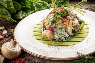 Деревенский салат с калеными яйцами