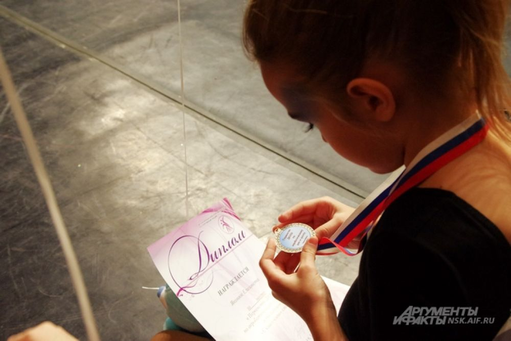 И потом еще украдкой сами и вместе с родителями перечитывали каждую строчку в дипломе и грамоте и рассматривали медали.