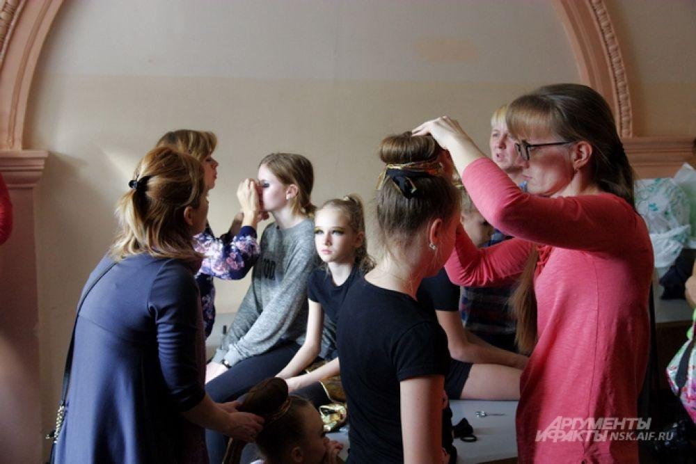 Приготовления перед выходом на сцену. Как признались участники, значение имеет не только сам танец, но и наряд, а также сценический макияж.