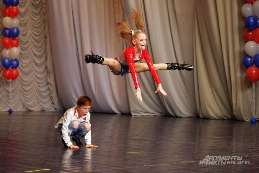 акробатический рок-н-ролл — это постановочный танец, сочетающий танцевальные движения под ритмичную музыку с хореографическими и акробатическими элементами.