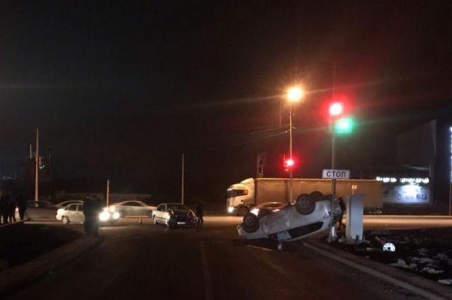 ВСамаре наМосковском шоссе Mercedes опрокинул накрышу Митцубиси