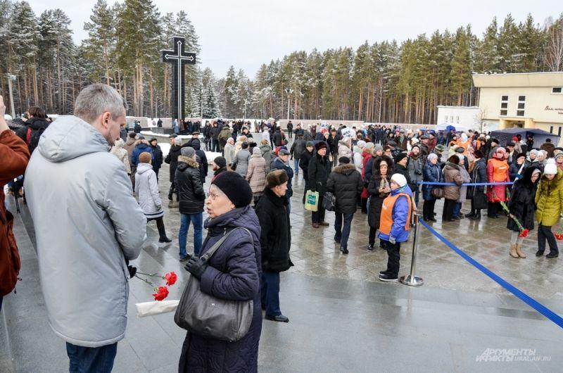 Сотни людей пришли на открытие монумента на 12-м километре Московского тракта на территории Мемориального комплекса жертвам репрессий.
