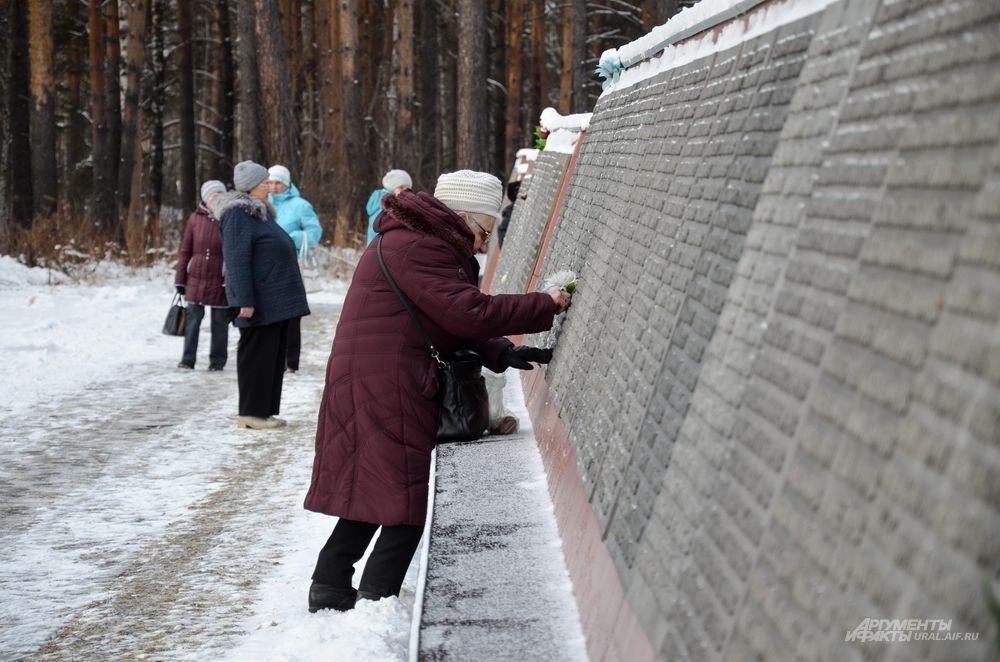 У многих на Мемориале высечены имена родственников.