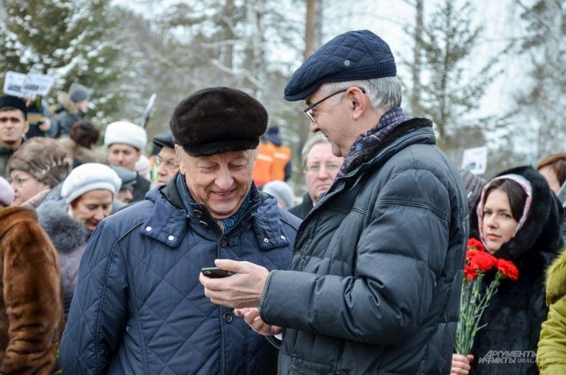 Экс-губернатор Свердловской области Эдуард Россель (слева) встретил главу администрации Екатеринбурга Александра Якоба.