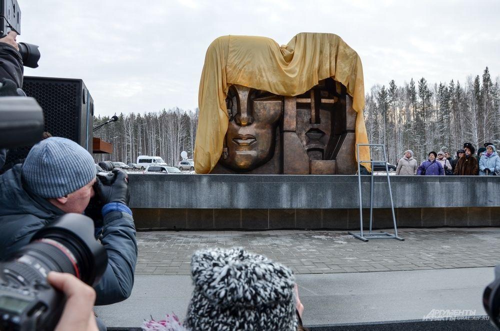«Маски скорби» на 12-м километре Московского тракта под Екатеринбургом.