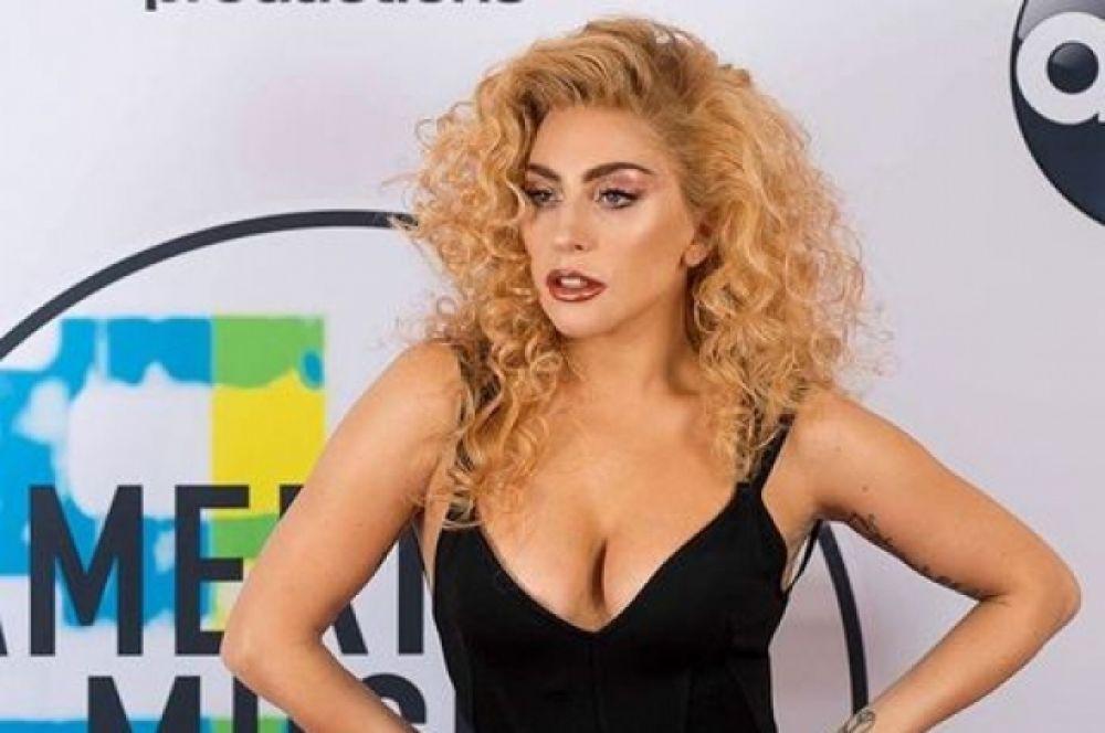 """Леди Гага получила награду """"Лучшая поп/рок исполнительница"""" и сверкнула глубоким декольте"""
