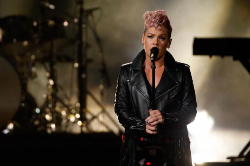 Pink поразила всех своим исполнением песни с участием в номере акробатов и балета.