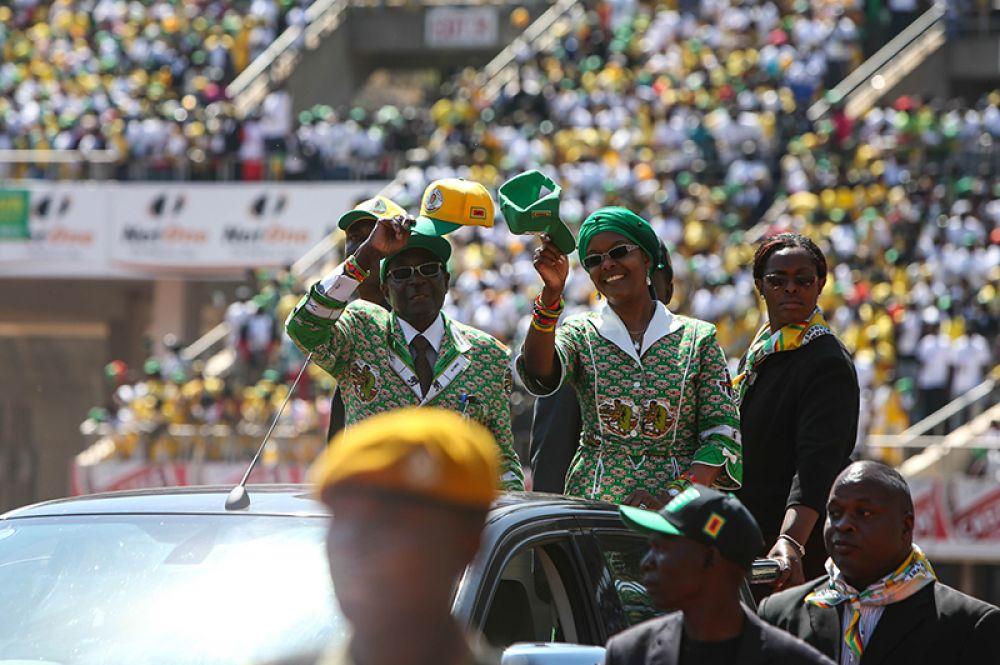 Роберт Мугабе во время митинга в преддверии президентских выборов 31 июля 2013 года на Национальном спортивном стадионе в Хараре, 28 июля 2013 года.
