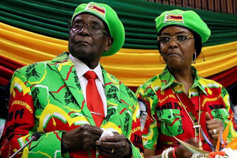Президент Зимбабве Роберт Мугабе и его жена Грейс посещают собрание правящей партии ZANU PF в Хараре, 7 октября 2017 года.