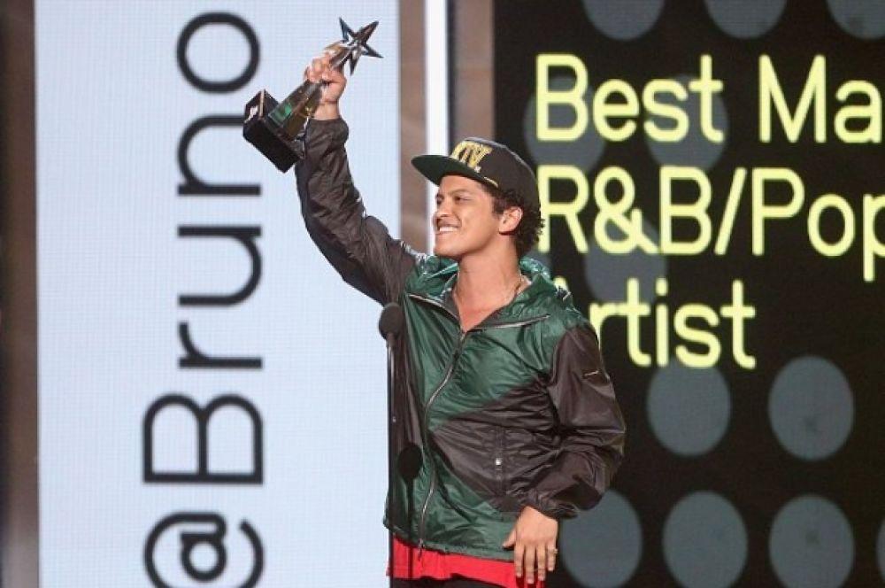 """Бруно Марс получил сразу семь наград АМА, в том числе и звание """"Артист года"""""""