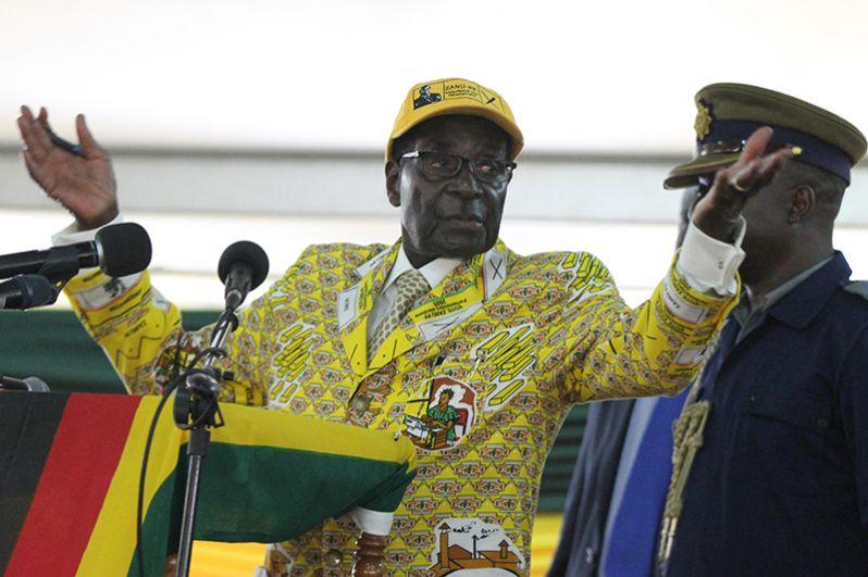 Роберт Мугабе выступает во время официального открытия съезда правящей партии ZANU-PF в Хараре, 4 декабря 2014 года.