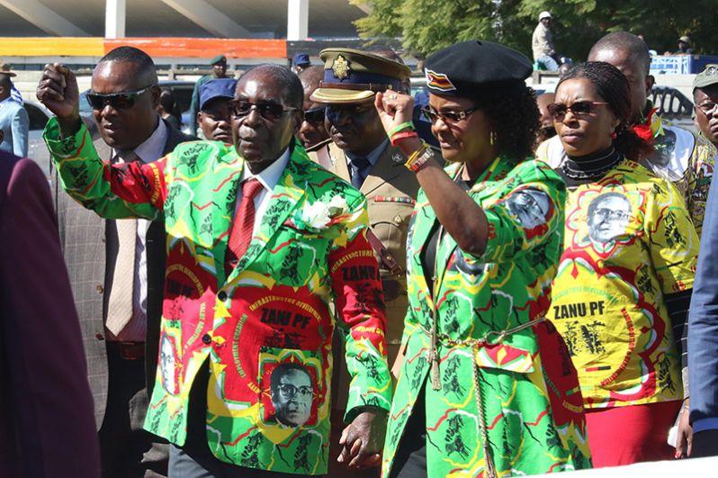 Президент Зимбабве Роберт Мугабе и его жена Грейс выступают в городе Марондера перед серией встреч с партией в преддверии выборов 2018 года, 3 июня 2017 года.