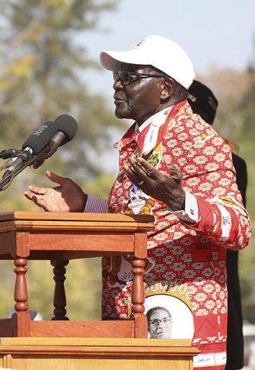 Президент Роберт Мугабе выступает на митинге сторонников в университете в Чинхойи, 18 июля 2013 года.