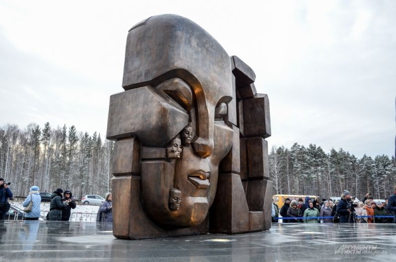 Высота «масок» – 3,5 метра. Вес – 6 тонн.