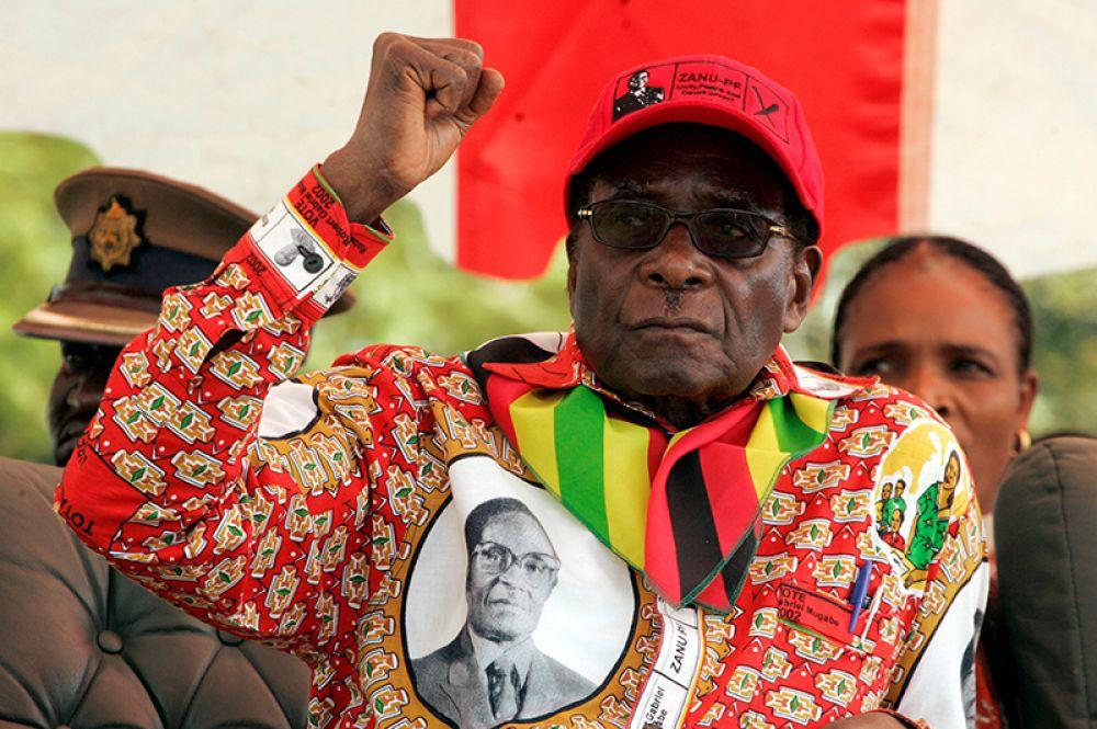 Президент Зимбабве Роберт Мугабе выступает на предвыборном митинге в маленьком городке Шамва к северо-востоку от столицы Хараре, 29 мая 2008 года.